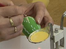 Po nanesení vzoru v jedné barvě (bílá) se teprve začne nanášet druhý odstín (žlutá).